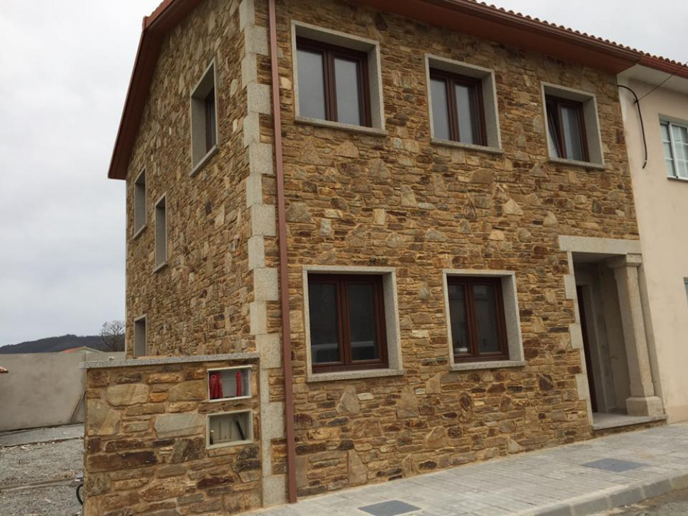 Colocaci n de piedra opego colocaci n e instalaciones de for Piedra rustica para fachadas
