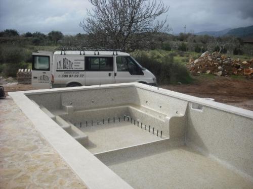 Piscinas jm rustic construcci n de piscinas en mallorca for Construccion de piscinas en mallorca
