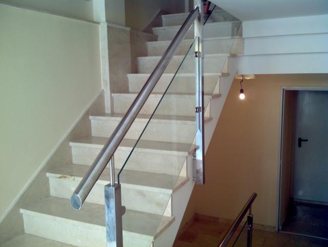Carpinter a met lica para instalaciones de puertas de - Cerramientos de escaleras ...