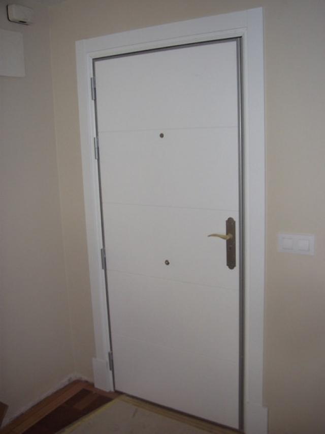 Intermontajes de madera empresa de venta de puertas de for Puerta blindada blanca