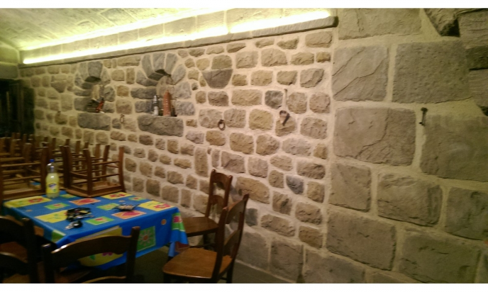 Deco piedras empresa de decoraci n con piedra artificial en zaragoza decoraci n r stica de - Decoracion paredes de piedra ...